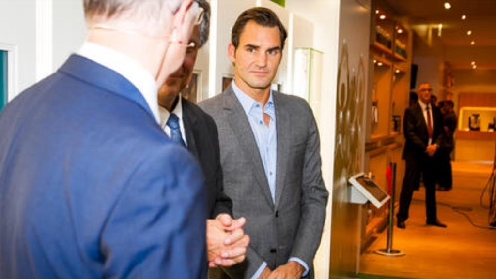"""Roger Federer im """"Walk of Fame"""" im Gespäch mit Herrn Probst (Inhaber Fa. JURA und Bernie Schär (TV-Moderator Tennis)"""