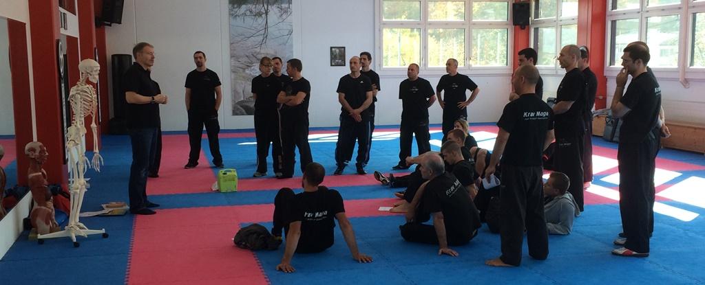 Adrian Waibel, meproa GmbH, bei seinen Ausführungen zum Thema Basic Life Support - mit Teamkollege
